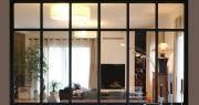 Embellissement d'une maison avec cuisine ouverte sur séjour par verrière menuiserie style atelier et cheminée type insert contemporain  - Julie Béringué Architecte d'intérieur à Toulouse